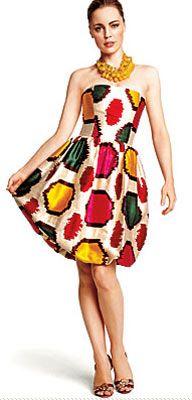 Elbise dediğin çiçekli olur!  Bu yaz romantik elbiseler çok moda. Çiçek desenli ya da geometrik figürlü, kısa ya da uzun, herkesin zevkine ve bedenine göre bir elbise mutlaka var.  Kahve tonlarının öne çıktığı 2008 yaz sezonunda kırmızı ve yeşil gibi iddialı renkler de unutulmamış.